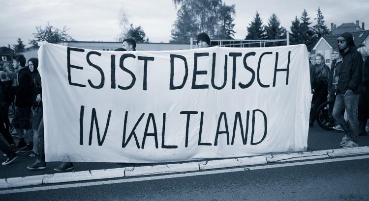 Heidenau, 29.08.2015 Willkommensfest vor der Flüchtlingsunterkunft, die ehemaligen Praktiker Baumarkt eingerichtet wurde. Hier: Demonstration nach dem Willkommensfest Foto: Roland Geisheimer / attenzione