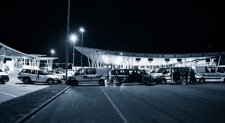 Kroatien, Bregana, 18.09.2015 Tausende Flüchtlinge, hauptsächlich aus Syrien, Afghanistan, Pakistan und den Irak, fliehen zur Zeit über die sogenannte Balkanroute. Hier: Flüchtlinge warten an der kroatisch-slowenischen Grenze, die von der slowenischen Polizei Blockiert wird.  Foto: Roland Geisheimer / attenzione