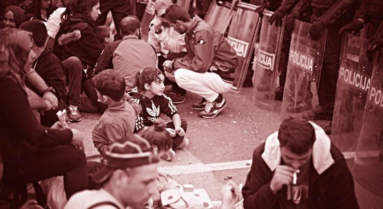 Kroatien, Harmica, 19.09.2015 Tausende Flüchtlinge, hauptsächlich aus Syrien, Afghanistan, Pakistan und den Irak, fliehen zur Zeit über die sogenannte Balkanroute. Hier: Flüchtlinge warten an der kroatisch-slowenischen Grenze, die von der slowenischen Polizei blockiert wird.  Foto: Roland Geisheimer / attenzione